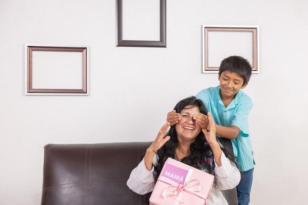 Mexicaanse jongen verrassende moeder op moederdag