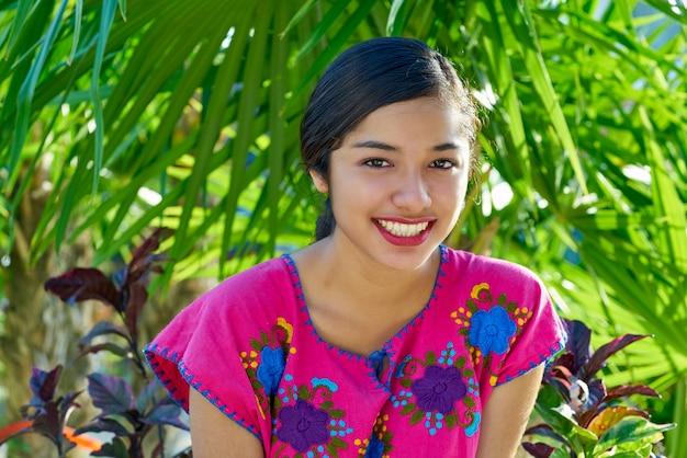 Mexicaanse latijns-vrouw met maya-jurk