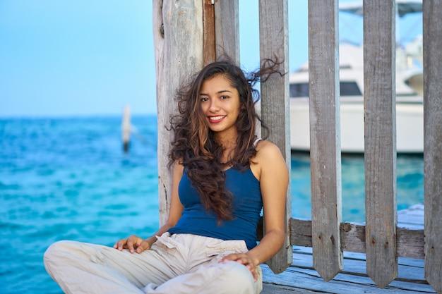 Mexicaanse latijns-vrouw op caribische zee