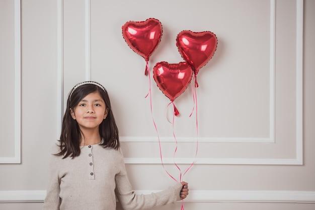 Mexicaanse latijnse vrouw met 3 hartballon, liefdeconcept