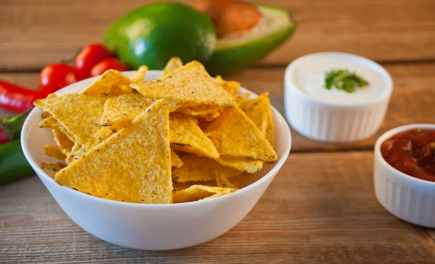 Mexicaanse maïs chips nacho's met salsa duik