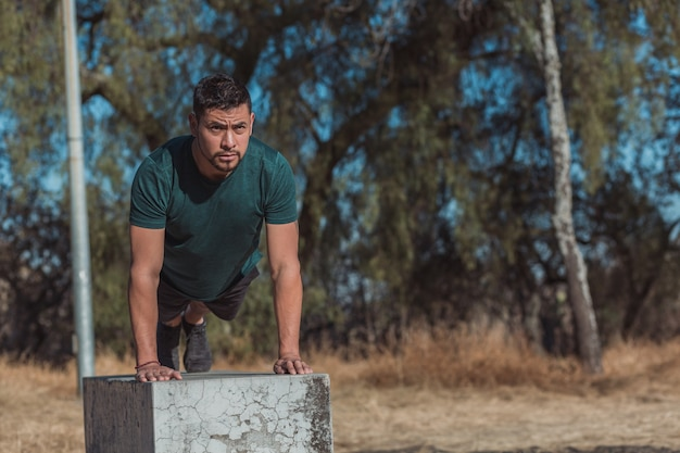 Mexicaanse man doet push-ups buiten