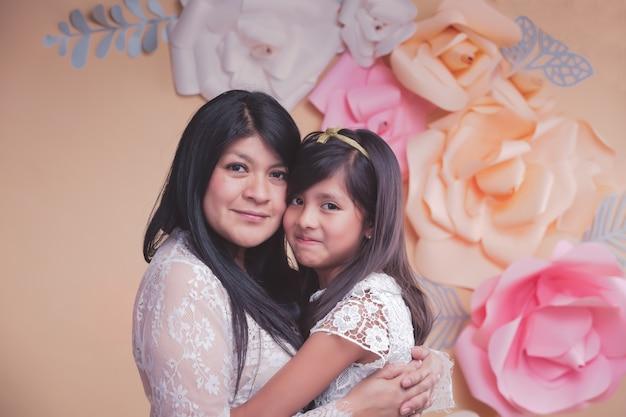 Mexicaanse moeder en dochter knuffel