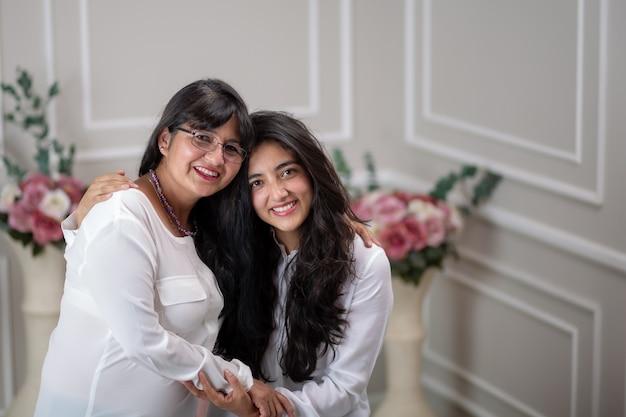 Mexicaanse moeder en dochter knuffelen op moederdag