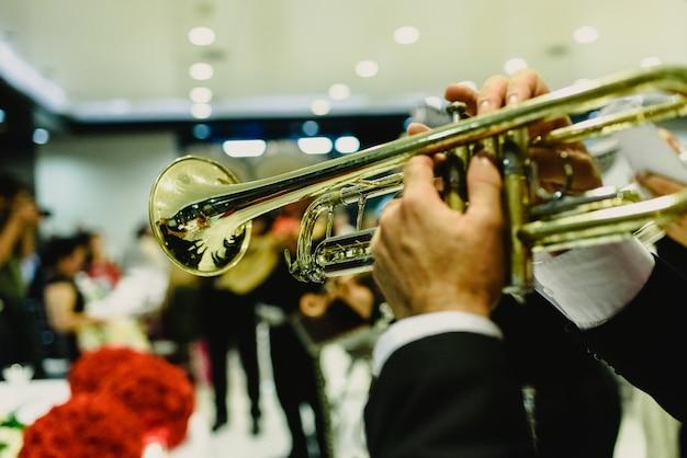 Mexicaanse muzikant met zijn trompet en gitaren