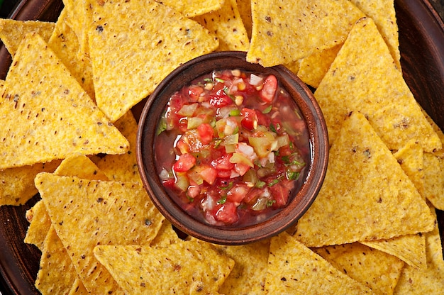 Mexicaanse nacho chips en salsa dip in kom