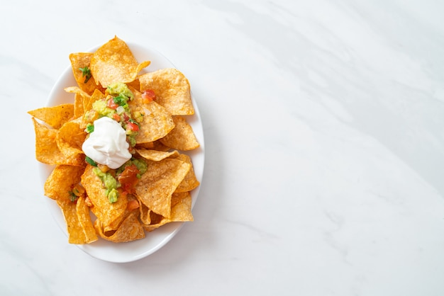 Mexicaanse nachos tortillachips met jalapeno, guacamole, tomatensalsa en dip