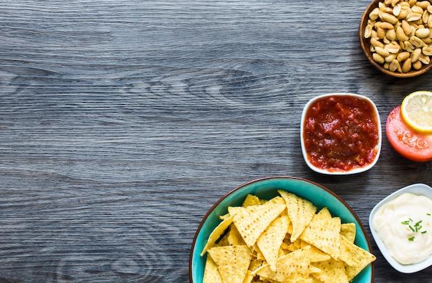 Mexicaanse nachospaanders op houten achtergrond