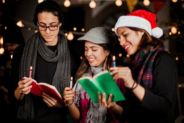 Mexicaanse posada, groep vrienden zingende kerstliederen in kerstmis in mexico