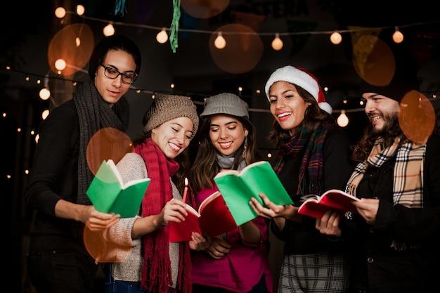 Mexicaanse posada, mexicaanse vrienden zingende kerstliederen in kerstmis in mexico