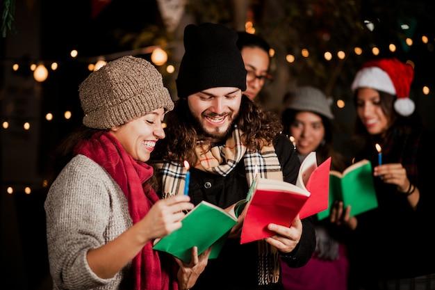 Mexicaanse posada, vrienden zingende kerstliederen in kerstmis in mexico