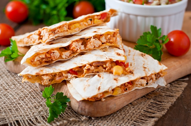 Mexicaanse quesadilla wrap met kip, maïs en paprika en salsa