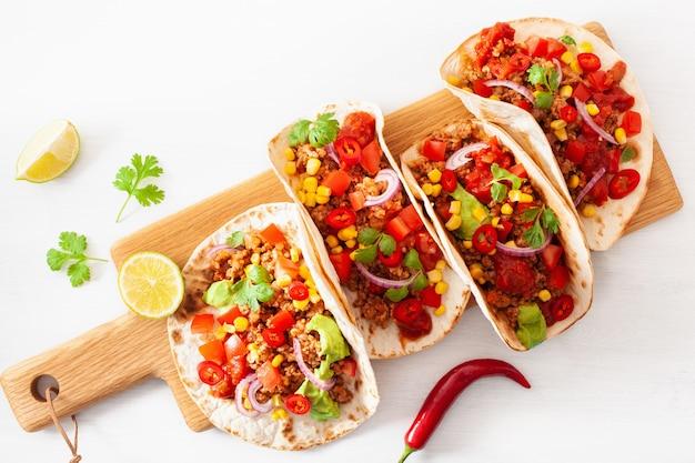 Mexicaanse runder- en varkens-taco's met salsa, guacamole en groenten