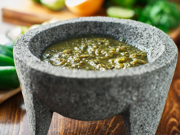 Mexicaanse salsa verde in traditionele stenen molcajete