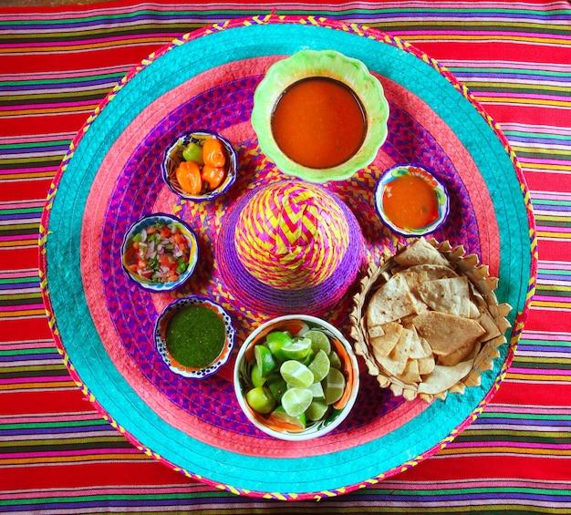 Mexicaanse sauzen specerijen chili op mexicaanse hoed