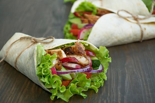 Mexicaanse schotel. verpakte burrito met kip en groentenclose-up