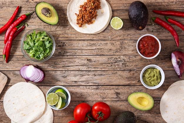 Mexicaanse taco's ingrediënten op de houten tafel