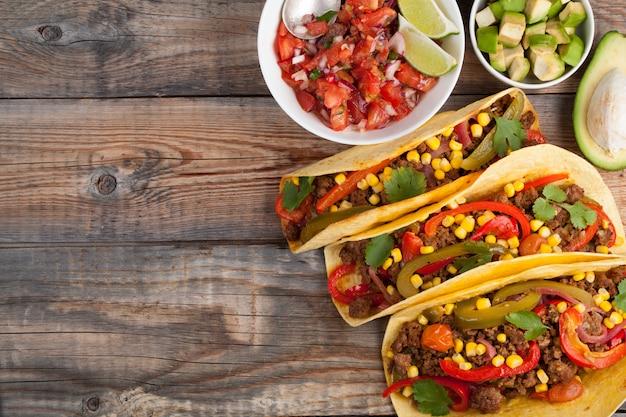 Mexicaanse taco's met gemarmerde rundvlees en groenten.