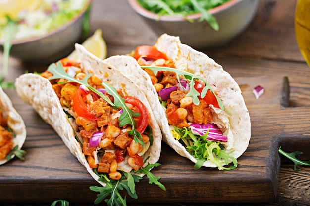 Mexicaanse taco's met rundvlees, bonen in tomatensaus en salsa