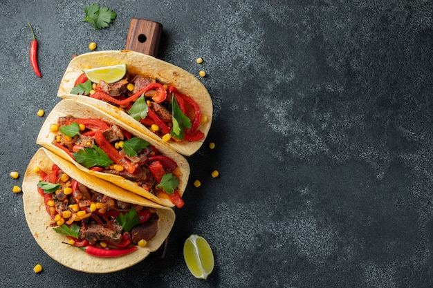 Mexicaanse taco's met rundvlees, groenten en salsa.
