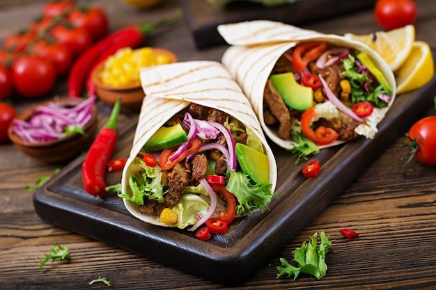 Mexicaanse taco's met rundvlees in tomatensaus en avocado salsa