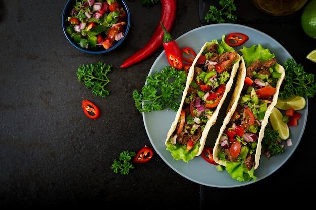 Mexicaanse taco's met rundvlees in tomatensaus en salsa