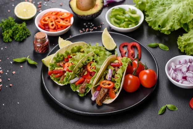 Mexicaanse taco's met rundvlees, tomaten, avocado, ui en salsasaus