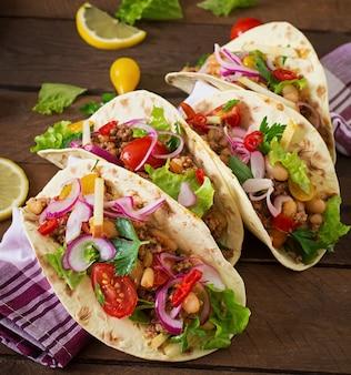 Mexicaanse taco's met vlees, bonen en salsa