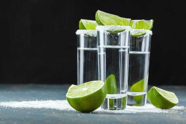 Mexicaanse tequila in korte glazen met limoen en zout