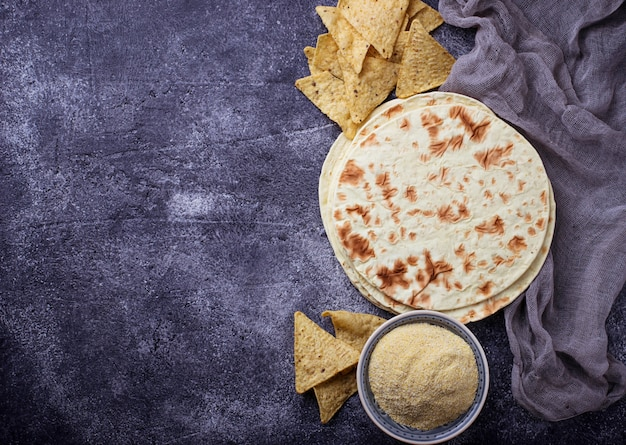 Mexicaanse tortilla's, nacho-chips en maïsmeel. selectieve aandacht