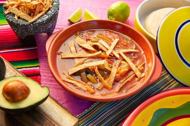 Mexicaanse tortilla soep en aguacate