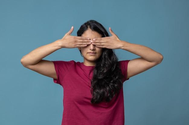Mexicaanse vrouw die haar concept van de ogencensuur behandelt