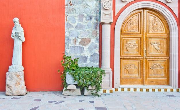 Mexico, kerkingang in een oude azienda
