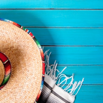 Mexico sombrero en deken op blauw oppervlak