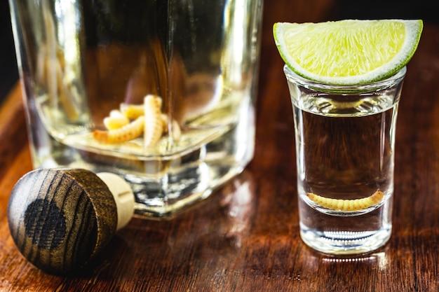 Mezcal, exotisch drankje uit mexico met tequila en een larve erin.