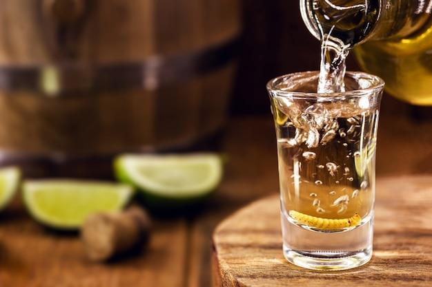 Mezcal, of mescal, afrodisiacum uit mexico, gemaakt met tequila, citroen en een larve.