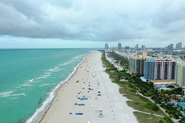 Miami beach met gebouwen aan de rechterkant