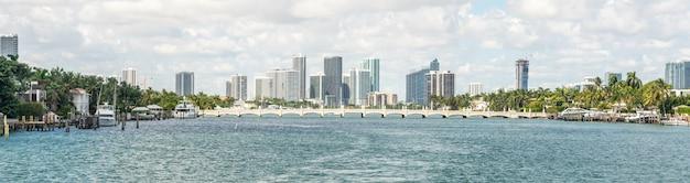 Miami skyline met wolkenkrabbers en brug over zee