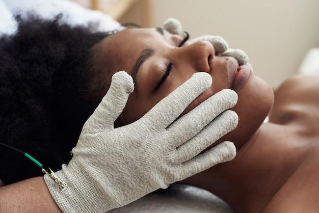 Micro-sensorische elektrische bio ems-microstroombehandeling voor elektrostimulatie van het gezicht.