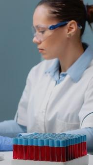 Microbiologiespecialist die computer in laboratorium gebruikt