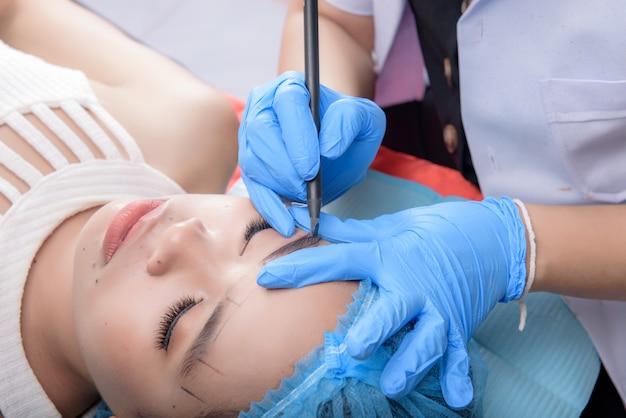 Microblading wenkbrauwen workflow. permanente make-up voor wenkbrauwen met professionele wenkbrauw-tatoeage in schoonheidssalon.