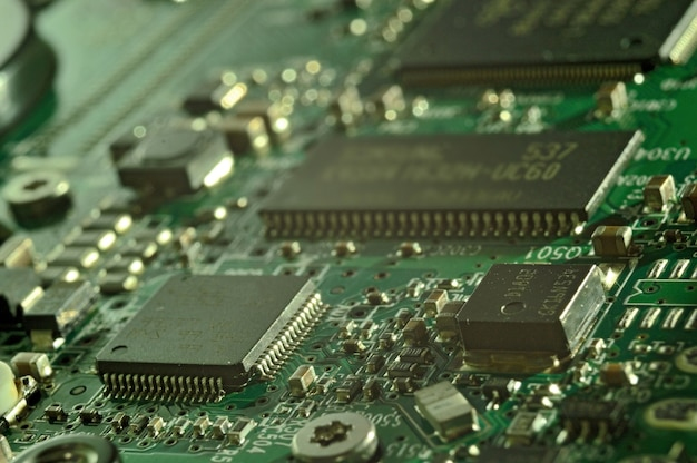Microchips op een printplaat. elektrisch systeem.