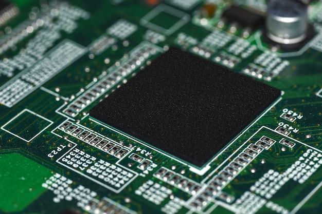 Microchips, radio-elementen, processor op het elektronische bord, moederbord