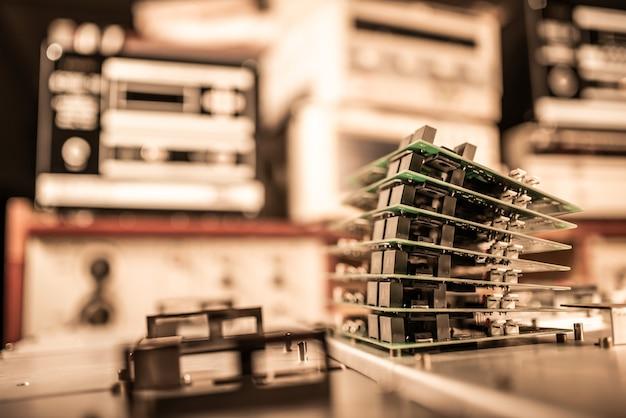 Microchips worden op metalen platen op elkaar gestapeld bij de vervaardiging van supermoderne krachtige computerapparatuur voor een moderne cardiologiekliniek. krachtig gespecialiseerd computerconcept
