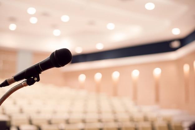 Microfoon bevindt zich op het podium in een conferentieruimte. grote vergader- of seminarruimte
