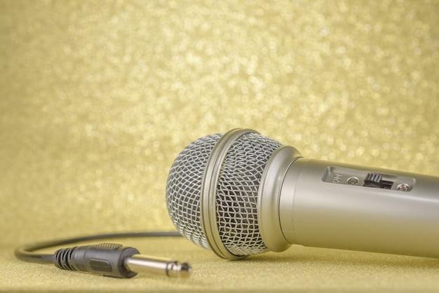 Microfoon en stekker op een gele achtergrond..