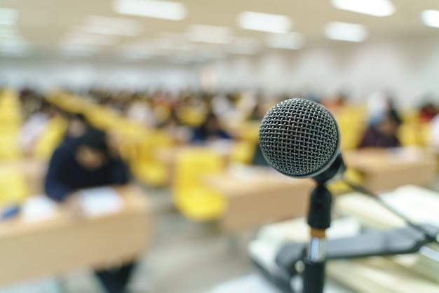 Microfoon in collegezaal of studieklaslokaal