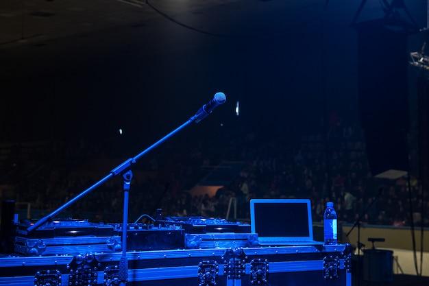 Microfoon in concertzaal met blauwe lichten