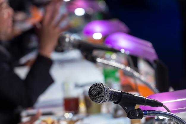 Microfoon in de conferentiezaal of vergaderzaal. vergaderzaal, seminarie, evenement, bedrijf, zaal, presentatie, tentoonstelling