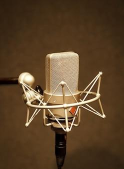 Microfoon in een professionele opnameruimte technologie en audioapparatuur concept microfoon Premium Foto